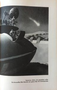 """""""Somonow ahnte, was geschehen sollte. Ein blauweißer Blitz flammte auf, genau über der Entladestraße."""" - """"Das Geheimnis des Transpluto"""", Lothar Weise, Illustration: Eberhard Binder"""