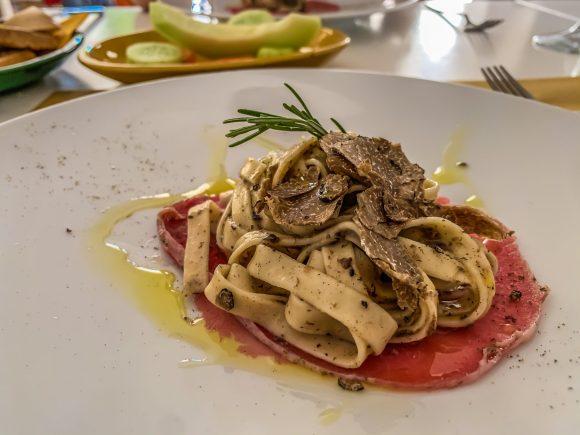 """Pasta mit Trüffel im Restaurant """"Il Cortiletto"""" in Speziale bei Fasano. Foto: Alexander Baumbach"""