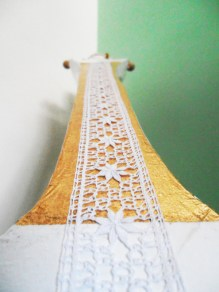 O braço depois de feito em papier mâché foi dourado com folha de ouro e aplicação de renda de bilros.
