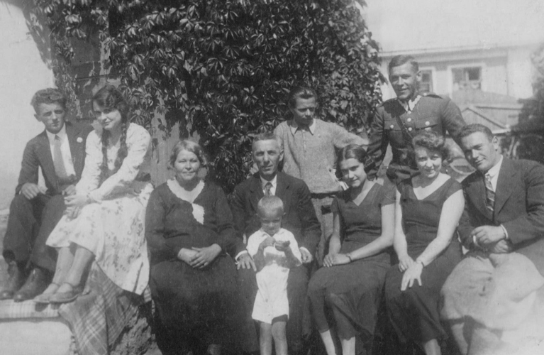 Ready to kick-start your genealogy hunt? Here are 10 questions to ask your grandparents to start you on your journey | site: Alex Inspiried – picture of her grandparents family