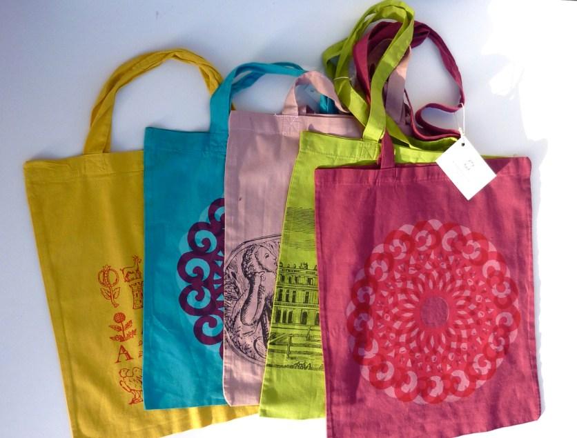 Baumwolltaschen mit langen und kurzen Henkeln, viele verschiedene Farben und Motive.