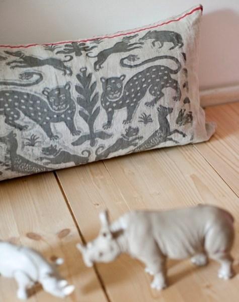 Kissen Motiv Leopardentanz: Ein spanischer Damaststoff des 17. Jahrhunderts diente als Vorlage für den symmetrischen Ausschnitt. Diesen dominieren zwei Leoparden, umrahmt von herumtollenden Hunden, Schweinen und Hasen. Über ein schlankes florales Element in der Mitte wird das Motiv gespiegelt. - von Hand gedrucktes Unikat - Größe: ca. 55 x 35 cm - Material: 100% Leinen - Druckfarbe: Grau - Logo-Aufdruck auf der Rückseite - mit Reißverschluss - waschbar bis 40° C