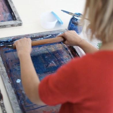 Druckt mit Sieb und Rakel Eure eigenen Motive auf Stoff und Papier. Ich begleite Euch dabei vom Entwurf bis zum fertigen Stück.