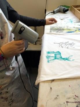 Im Siebdruckkurs: Die Motive haben die Kursteilnehmer selbst auf die Siebe belichtet. Danach wurde gedruckt und trocken gefönt wie man sieht!