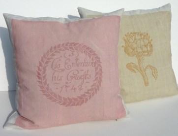 Kissen farblich passend zum Sofa, im Siebdruck von Hand gedruckt