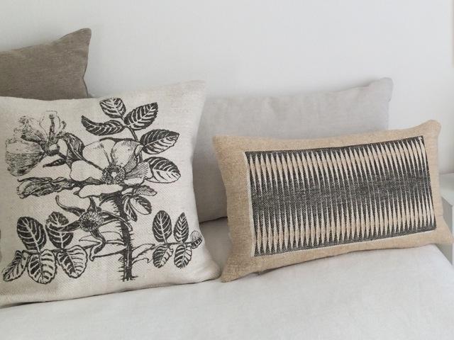 Kissen 50x50cm und 30x55cm, auf grobem Leinen, im Siebdruck von Hand gedruckt