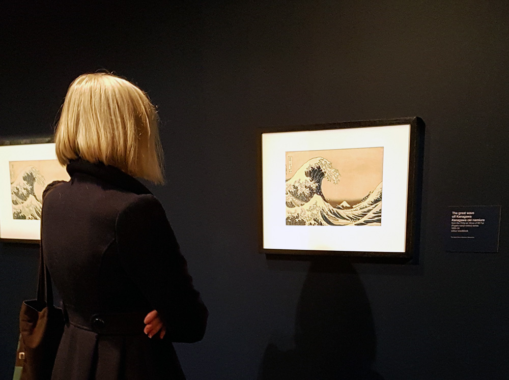 Alexandra viewing Hokusai's 'Great Wave' at the National Gallery of Victoria