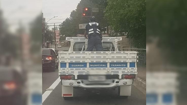 Agente de trânsito é flagrado na carroceria de caminhão e Seterb vai apurar o fato