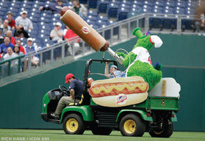 phillies-phanatic-hot-dog-injury2