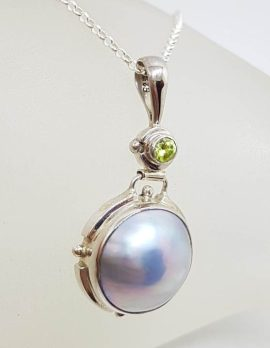Sterling Silver Black / Blue Round Mabe Pearl with Peridot Pendant on Silver Chain