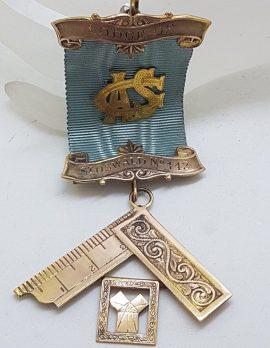 9ct Yellow Gold Freemason Jewel / Masonic Medal - Freemasons Lodge S.F. St. Oswald 442 - with Blue Ribbon - Antique / Vintage