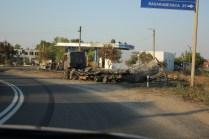 Ein Ausgebrannter LKW neben einer Tankstelle: Glück gehabt.
