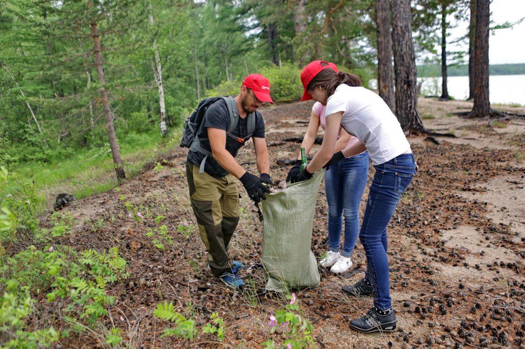 Волонтеры Локотех очистили берег озера Арей от мусора