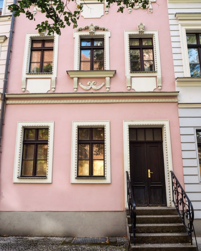 a pink house in Nikolaiviertel