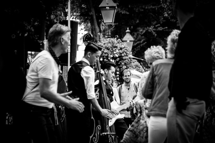 The Hot Dogs Coverband tijdens het Rock and Roll Street Terschelling festival in september 2016.