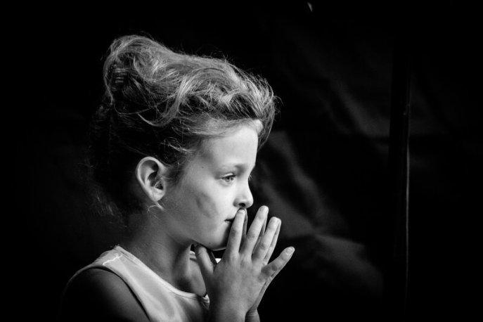 Jonge dame in afwachting tijdens het Rock and Roll Street Terschelling festival in september 2016.