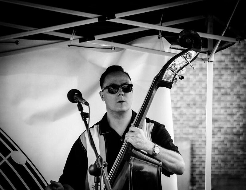 Pete Mironov van de Neva River Rockets tijdens een optreden op het Rock and Roll Street Terschelling festival in september 2016.