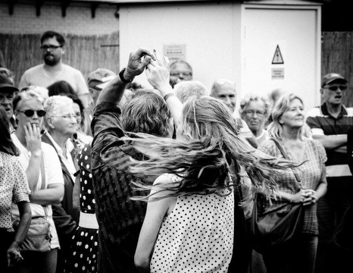 Dansend paar tijdens het Rock and Roll Street Terschelling festival in september 2016.