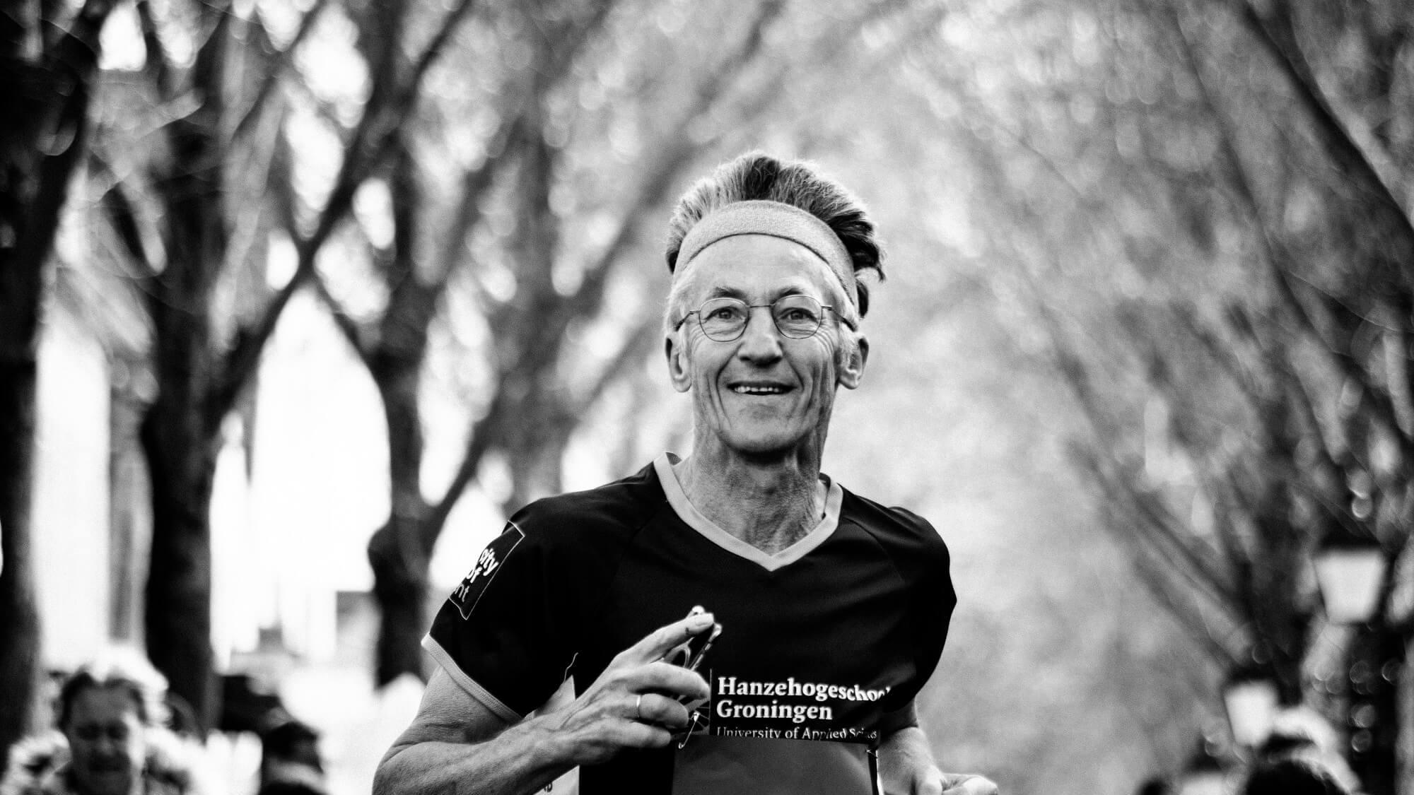 Hardloper tijdens de Stratenloop in Midsland op Koningsdag 2017.