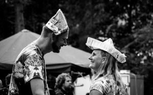 Twee mensen kijken elkaar indringend aan tijdens een dansfeest in het bos op Oerol 2017.