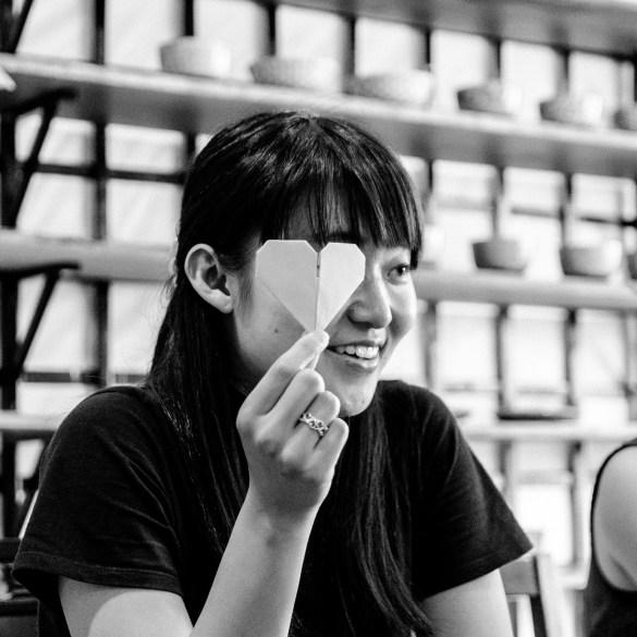 Een origami docente toont een hart.