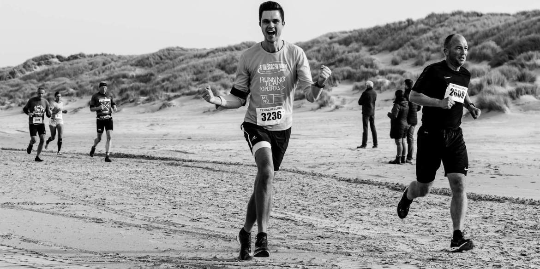 Stefan Wendel op het strand tijdens de halve marathon van de Berenloop 2018.
