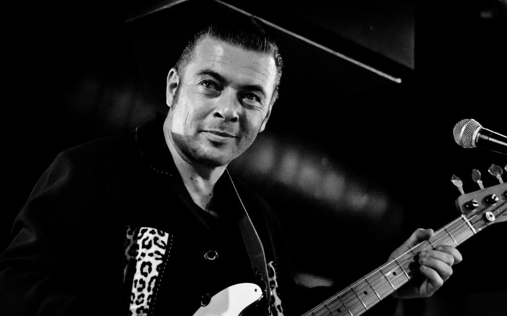 Bassist tijdens een optreden op het Rock & Roll Street Terschelling festival 2018.