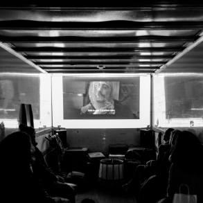 Filmvertoning achterin in vrachtwagen tijdens de Terschellinger Filmdagen 2018.