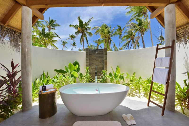 Fushi faru open air bathroom in beach villas