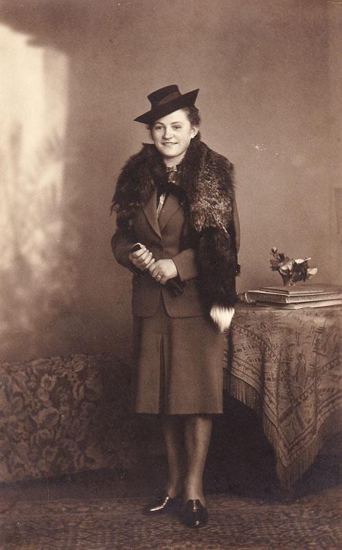 Altes Foto meiner Großmutter. Datiert auf den 13. Februar 1942.