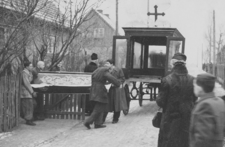 Ready to kick-start your genealogy hunt? Here are 10 questions to ask your grandparents to start you on your journey | site: Alex Inspiried – picture casket being loaded into a horse drawn carriage.