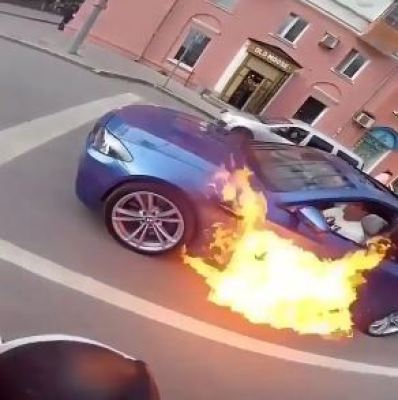 Watch the moment a man starts to speed after he is alerted that his car is on fire