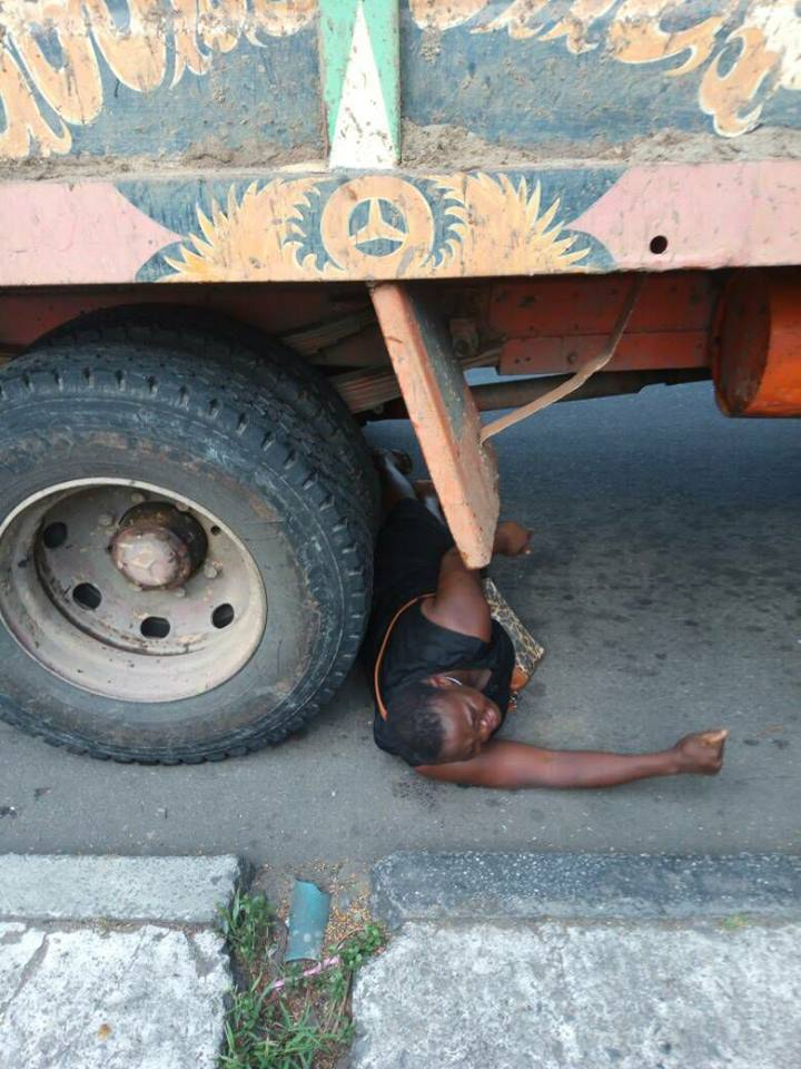 Woman?begs trailer driver to crush her to death after?her N5,000 business was seized?by govt officials (photo)