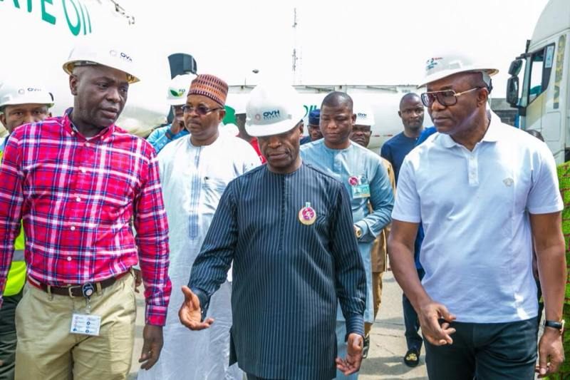 #Fuelscarcity: VP Yemi Osinbajo continues his checks on fuel stations & depots, meets with oil marketers on Christmas day (photos)