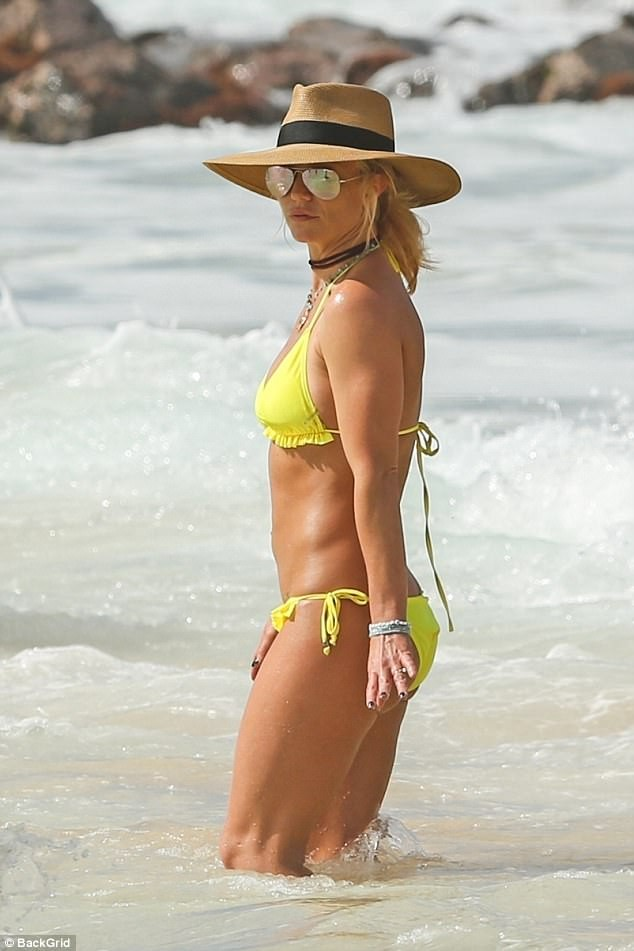 5a57e5c856f60 - Britney Spears, 36, sparks engagement rumors with boyfriend Sam Asghari, 23, as she flashes a new diamond ring at the beach