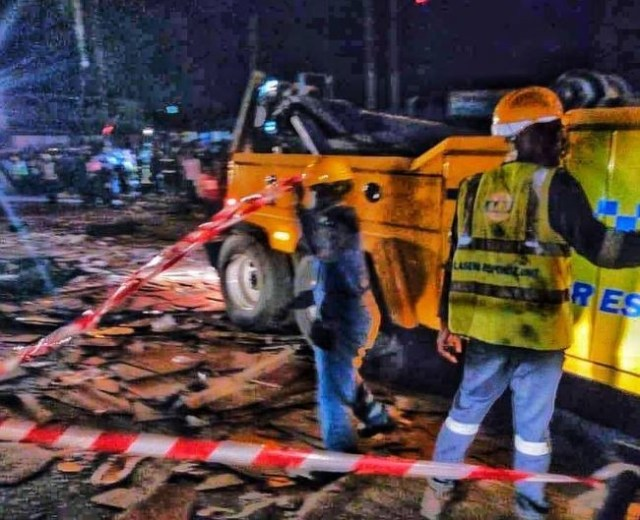 Photos:?LASEMA response unit rescues three people?from fallen container accident at Ojuelegba