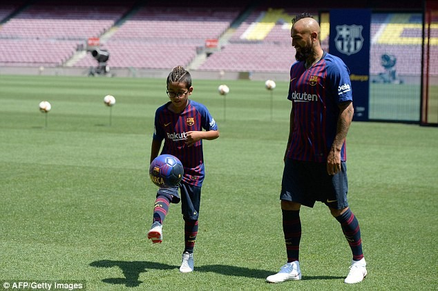 Barcelona unveils new ?27million signing Arturo Vidal at Nou Camp (Photos)
