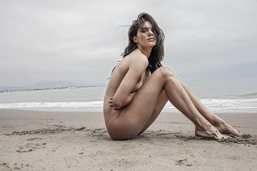 Naked photos of Kendall Jenner leaks, making her the #1 trending topic as social media users bodyshame her (+18)