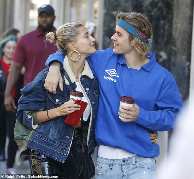 Hailey Baldwin and Justin Bieber share a passionate kiss after lunch date in London (Photos)