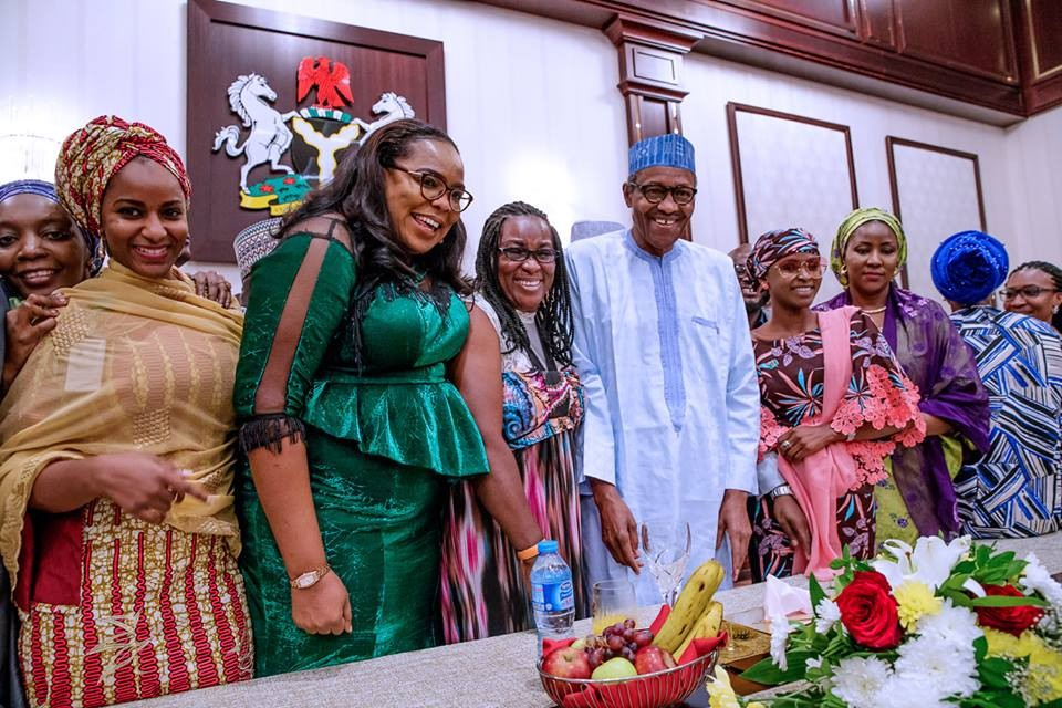 2019: President Buhari hosts young political appointees and volunteers to a dinner in the state house