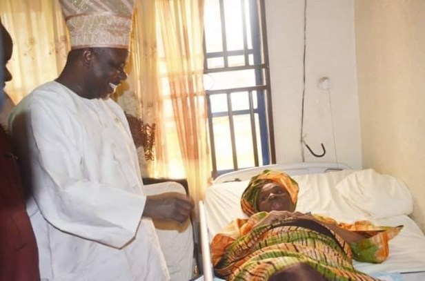 Governor Amosun visits 67 years old woman who gave birth to a baby boy after 39 years of marriage