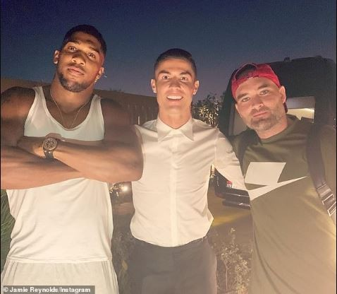 Anthony Joshua?hangs out with his