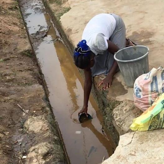 Videos: Residents of Ijegun community in Lagos filmed scooping fuel from broken pipeline