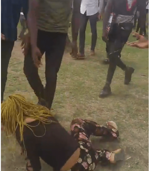 MOUAU student fights girlfriend in front of schoolmates over ?20K (video)
