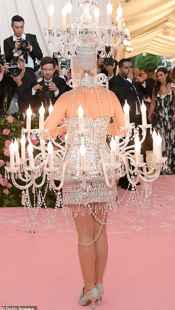 Katy Perry arrives the Met Gala as a chandelier (photos)