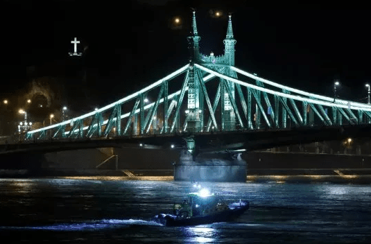 Seven dead, 19 missing as tourist boat crashes and sinks in Budapest
