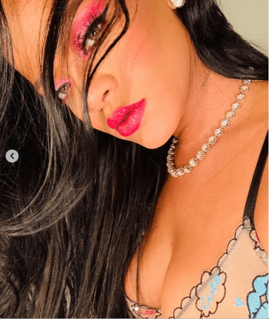 Rihanna flaunts her cleavage as she poses in just bra (Photos)
