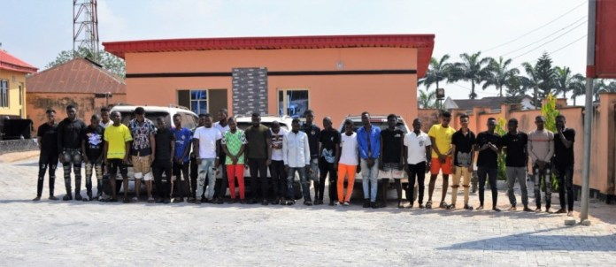 EFCC storms yahoo-boys den in Lagos, arrest kingpin and 26 others (photos)