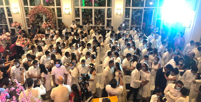 Fear of Coronavirus? 220 Filipino couples kiss while wearing face masks at a government-sponsored mass wedding (photos)
