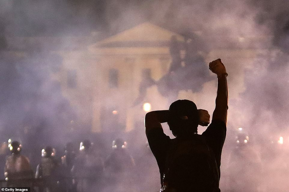 More than 50 Secret Service agents are injured in clashes outside the White House as George Floyd protests continue (photos)
